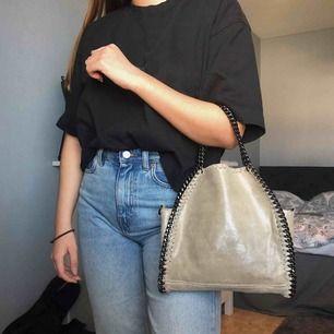 Snyggaste väskan! Stella McCartney inspirerad, köpt på Chiquelle för 899kr, avtagbart axelremsband(kedja) och den har två små fack i sig varav ett med dragkedja, väskan i sig kan man även stänga med dragkedja, i jättebra skick!