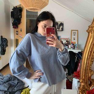 Tunn baby blå sweater, i perfekt skick knappt använd!