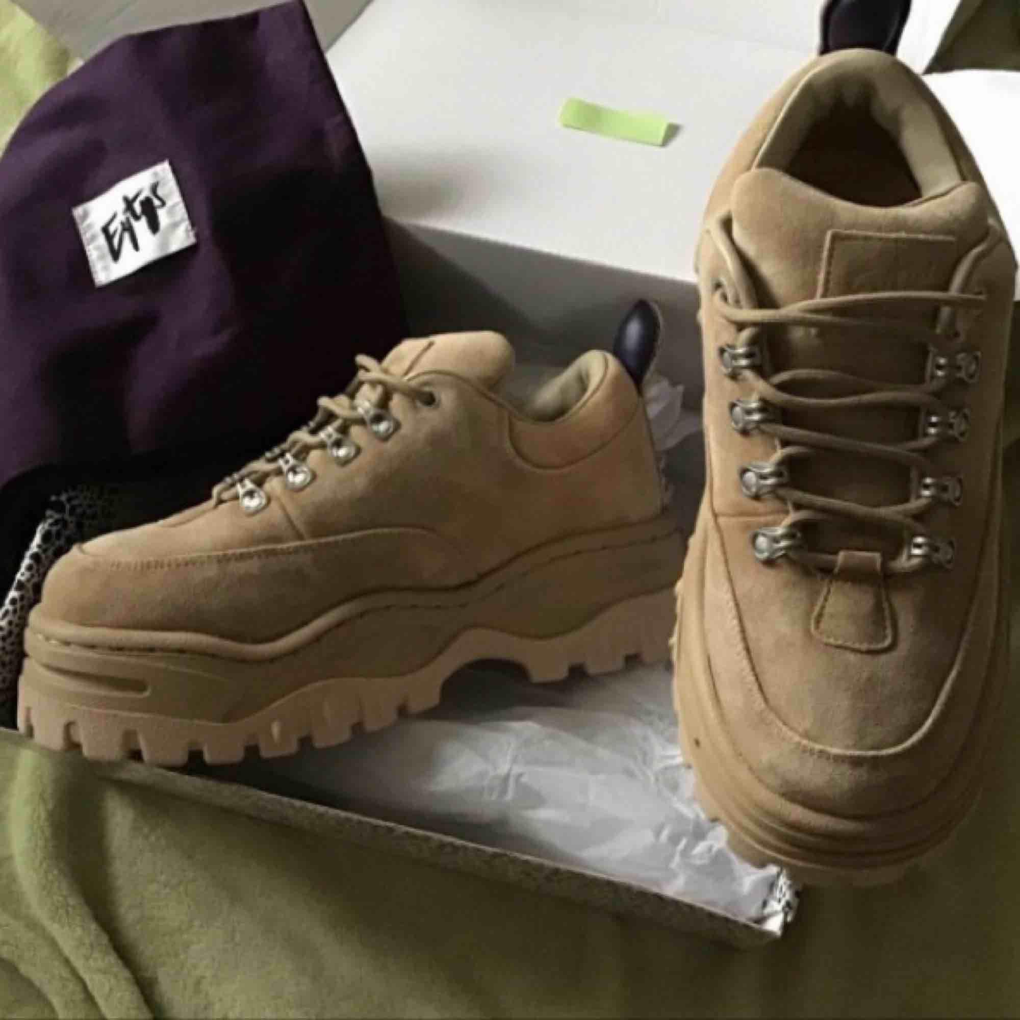 Eytys skor strlk 38 helt nya oanvända. Kom vatten på de som torkat men inget som syns. . Skor.