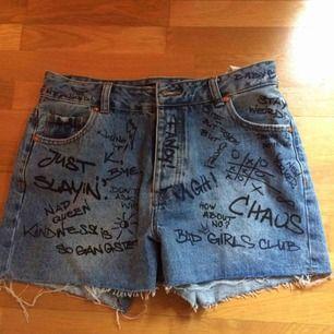 Fullklottrade jeansshorts (var så när jag köpte dem!). Använda 1 gång men var liite för tighta på mig annars hade jag lätt behållt dem :) priset är inkl frakt!