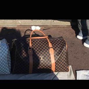 Jag säljer min superstora LV väska, bra packningsväska som är både skitsnygg & sjukt rymlig.