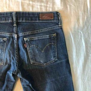 Vintage Levi's jeans i superfint skick, straight modell, liten i storleken, hör av er vid eventuella frågor!