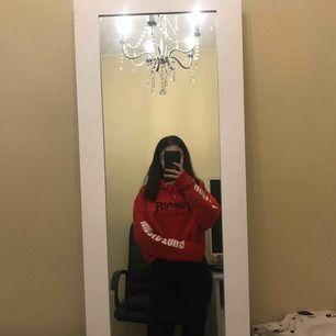 Jätte fin röd hoodie, änvänt ett fåtal gånger, säljer pågrund av att den inte kommer till användning längre. Storlek L men sitter mer som en S, köpt från Hm