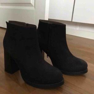 Klackar/boots från cobler aldrig använda utomhus. Använda max 2 ggr. Storlek 36 men passar också mig som har mellan 36-37. Nypris 800kr, säljes för 200 kr eller bud