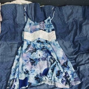 Säljer min fina blåa klänning inte använd vet inte va de är för märke