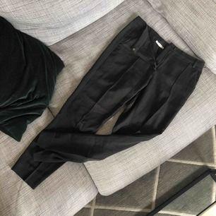 Fina kostymbyxor med sömmar längs med benen fram och en lite slits bak. Lite tajtare modell  Frakt tillkommer