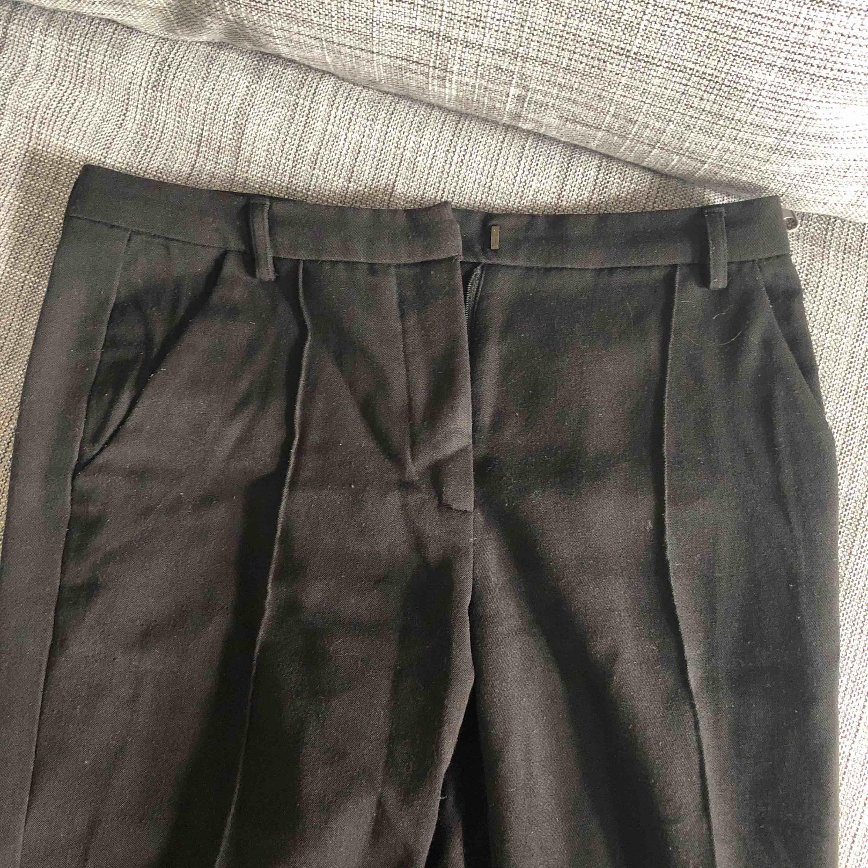 Fina kostymbyxor med sömmar längs med benen fram och en lite slits bak. Lite tajtare modell  Frakt tillkommer. Jeans & Byxor.