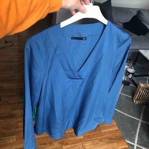 Fin blå blus med breda ärmar. Frakt tillkommer