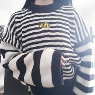 Snyggaste oversize tröjan 🦋✨  Endast använt 3 gger, I bra skick utan hål, fläckar etc. Ej äkta men jätte bra kopia. Fraktkostnad tillkommer 💌