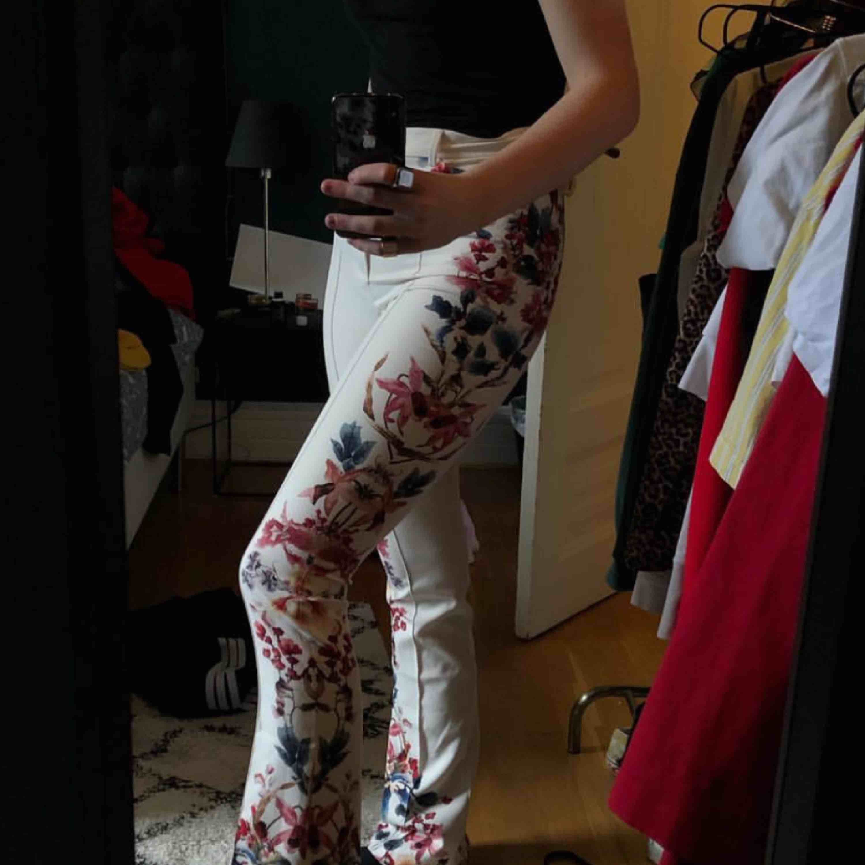 Blommiga kostymbyxor med bootcut från Zara! Frakt tillkommer. Jeans & Byxor.
