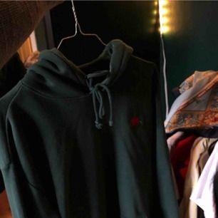 Grön hoodie med ros från hm aldrig använd
