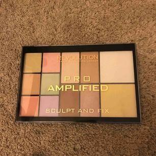 Märke makeup revolution, ordinarie pris 600 efter som köpte med ett kitt, åldrig använt så klart, har inte varit rätt färger för mig