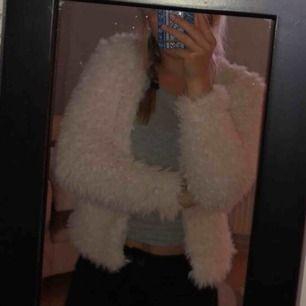 En fluffig jacka/kofta från Gina tricot. Väldigt fint skick, endast använd 1 gång. Säljer den just pågrund av att jag inte använder den☺️ Köparen står för frakt✨
