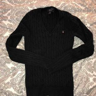 V-ringad kabelstickad tröja från Gant. Det står att det är storlek XS men passar även en S. Köparen står för frakt💕 Skriv om ni har några frågor eller funderingar!