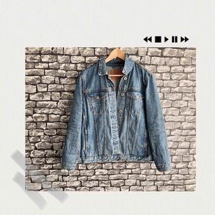 En jeans/demin jacka från Lager157. 2 innerfickor. Jag har bara använt den under en sommar. För flera bilder, går det bra att bara fråga :) Frakt förekommer. Kan mötas upp i Göteborg.