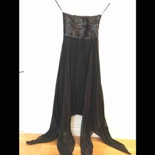 Fin paljett  och plisserad klänning. Använd två gånger. Så nästan som ny.