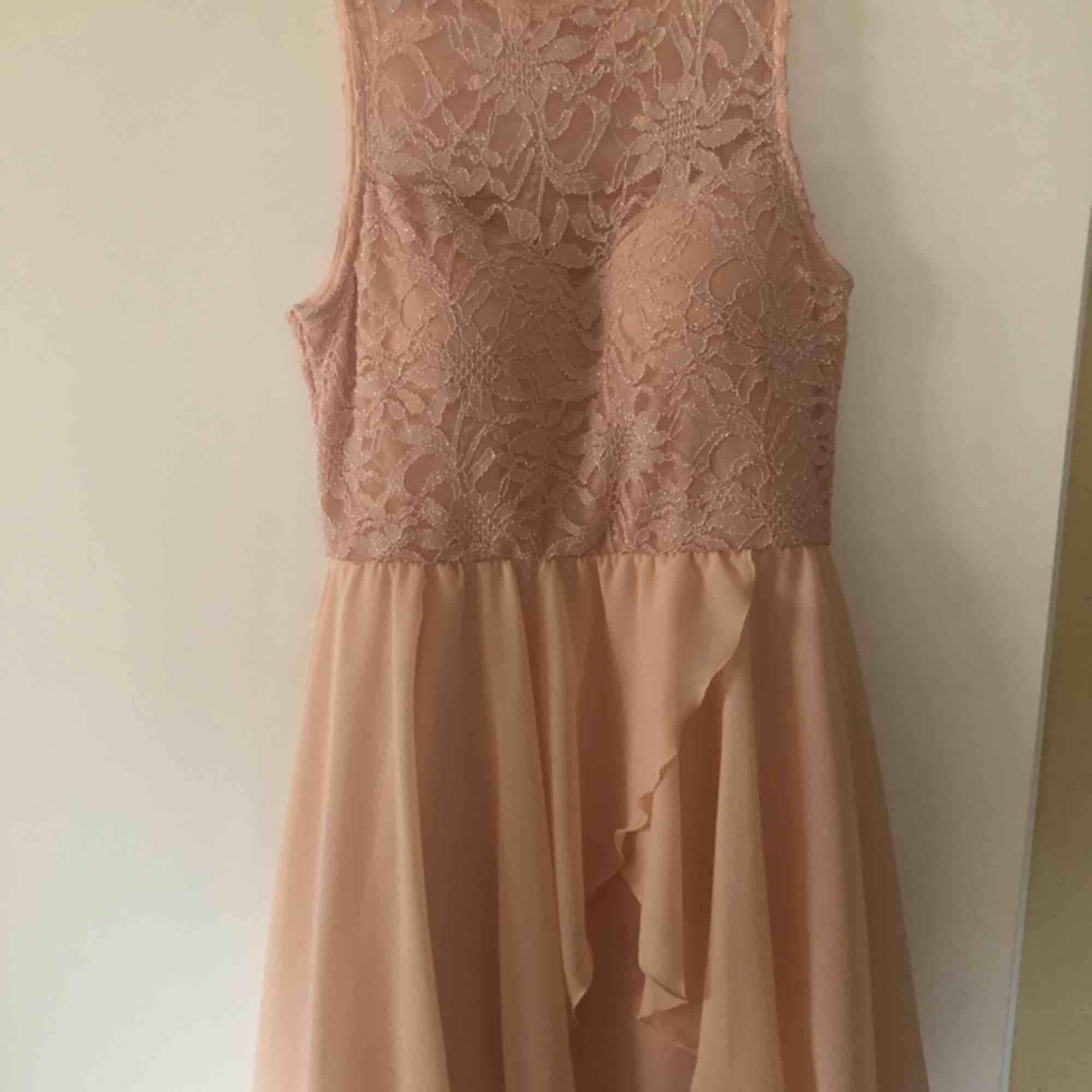 Rosa klänning med inbyggd bh, köpt i London knappt använd, storlek 42 :). Klänningar.