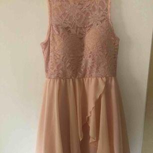 Rosa klänning med inbyggd bh, köpt i London knappt använd, storlek 42 :)