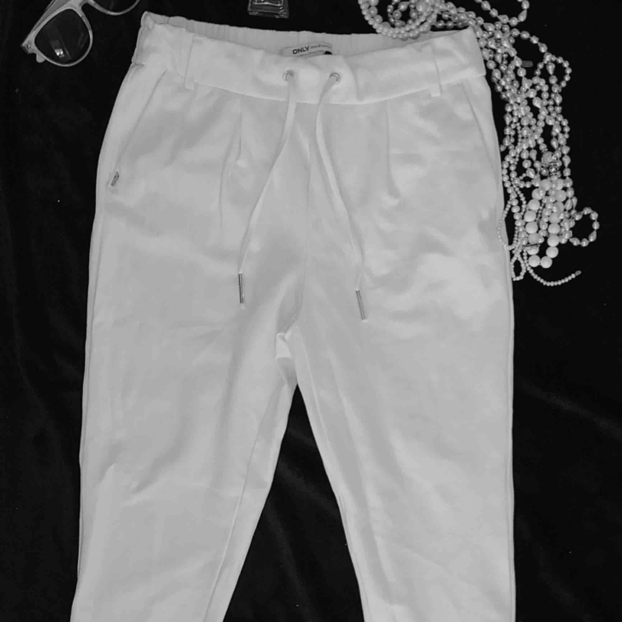 Helt oanvända vita kostymbyxor från only. Sitter tajt men stretch material. Säljer pga inte min stil . Jeans & Byxor.