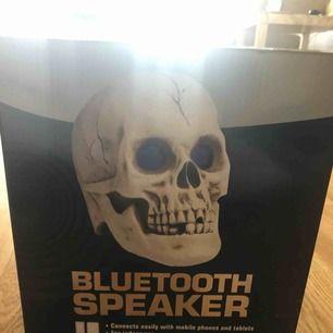 Bluetooth skull speaker, mycket cool högtalare som kan kopplas till alla enheter, fins knapp under högtalaren som gör att ögonen lyser mycket häftig:)