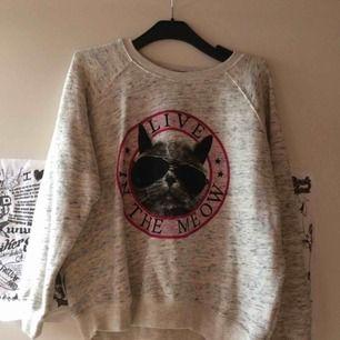 Oanvänd gråmelerad Sweatshirt med katt motiv. Storlek M. Köpt i USA. Priset är inkl frakt 🌷