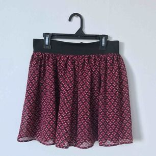 Blommig vinröd kjol med resårband i midjan🥀 Möts upp i Gävle eller fraktar för 36kr