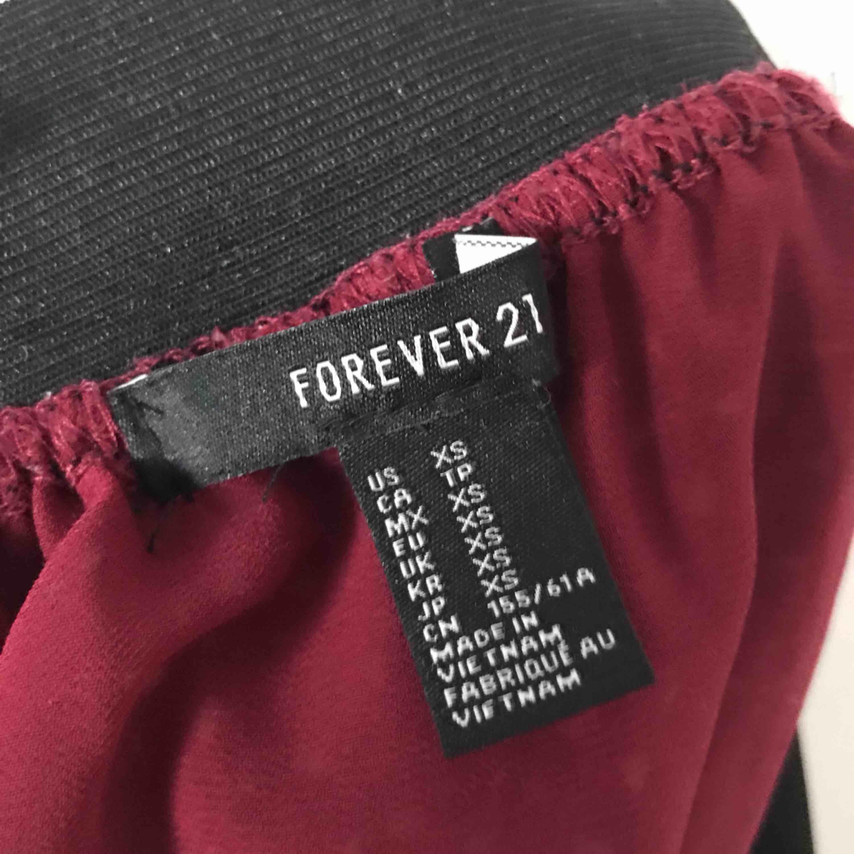 Blommig vinröd kjol med resårband i midjan🥀 Möts upp i Gävle eller fraktar för 36kr. Kjolar.