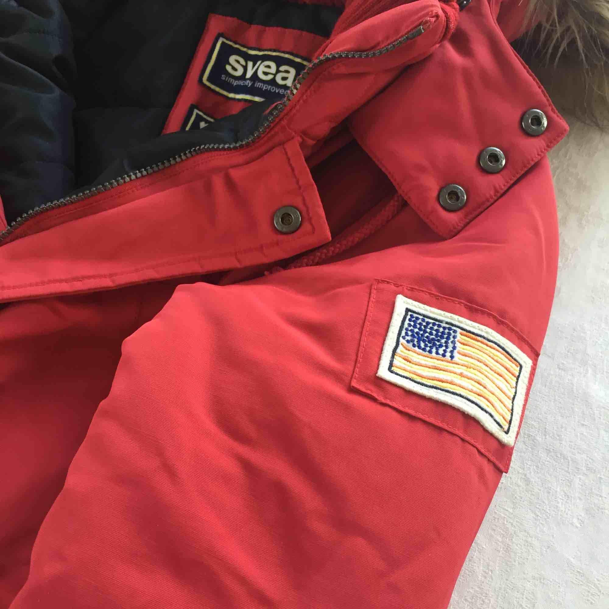 Röd vinterjacka i storlek S (small). Tjock och varm jacka med huva och borttagbar pälskant. Knappt använd.. Jackor.