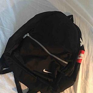 Svart lite större ryggsäck från Nike. 1990s! I fint, begagnat skick. Porto på 50kr tillkommer. 🥰