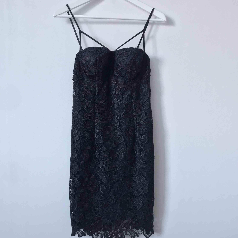 Jätte snygg mörkblå klänning med svart spets🖤 Möts upp i Gävle eller fraktar denna för 54kr. Klänningar.
