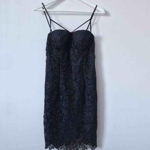 Jätte snygg mörkblå klänning med svart spets🖤 Möts upp i Gävle eller fraktar denna för 54kr