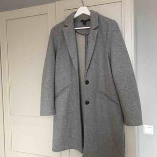 En grå vårkappa från Zara i nästintill nytt skick, använd endast ett fåtal gånger storlek S