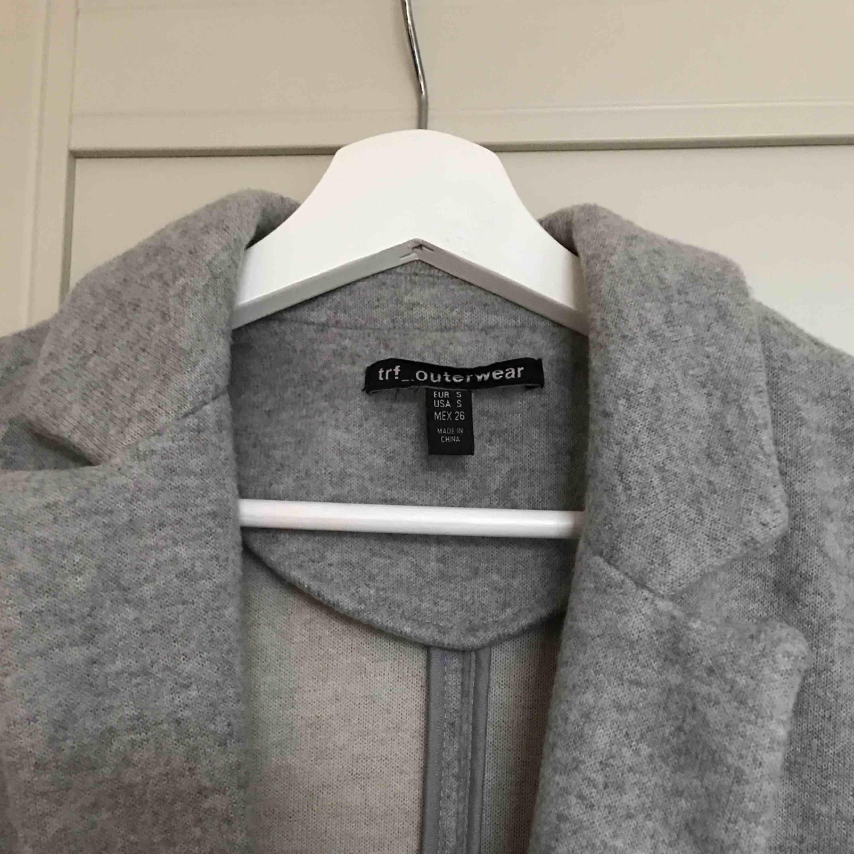 En grå vårkappa från Zara i nästintill nytt skick, använd endast ett fåtal gånger storlek S. Jackor.