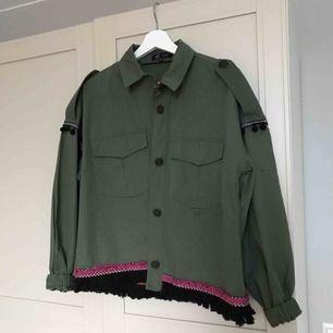 Trendig jacka med unikt mönster på baksidan, helt oanvänd  och säljes pga fel köp av storlek