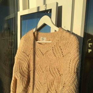 Beige stickad tröja från Only. Nästintill oanvänd!  Köparen står för frakt!