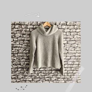 En grå stickad tröja med krage samt öppen på sidorna från Gina tricot. Jag köpte den från Plick, men säljer den pågrund av att den är för liten för mig. För fler bilder, går det bra att bara fråga! Frakt ingår i priset. Kan mötas i Göteborg.