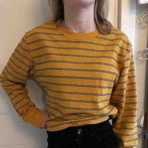 Jag säljer min gul randliga sweatshirt från Pull&Bear. Använd max 3 gånger så ny skick! Nypris, 199kr. Köparen står för frakten(;