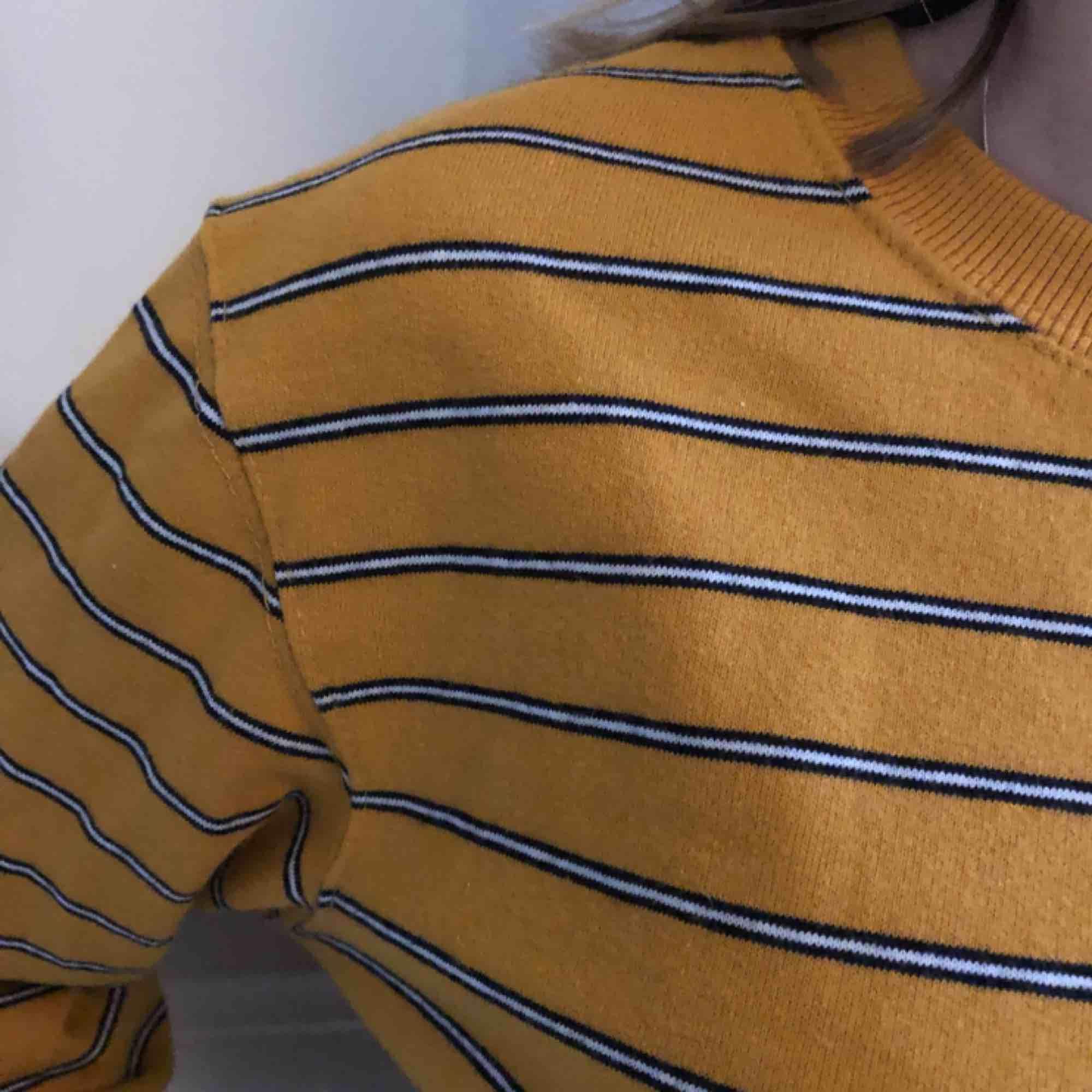 Jag säljer min gul randliga sweatshirt från Pull&Bear. Använd max 3 gånger så ny skick! Nypris, 199kr. Köparen står för frakten(;. Huvtröjor & Träningströjor.