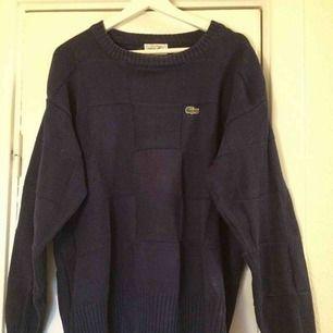 Lacoste rutstickad tröja. frakt ingår inte i priset och jag tar swish.