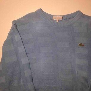Lacoste rektangelstickad tröja. frakt ingår inte i priset och jag tar swish.