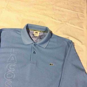 Lacoste långärmad golf pike/skjorta. frakt ingår inte i priset och jag tar swish.