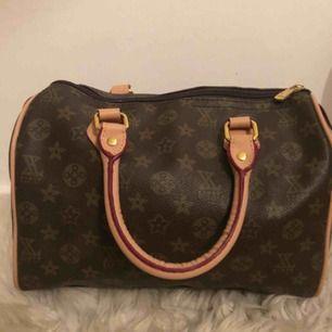 Säljer min fake Louis Vuitton väska. Axelband tillkommer, inköpt för två år sen men har knappt kommit till användning. Kan tänka mig att gå ner i pris vid snabb affär. FRAKT TILLKOMMER.