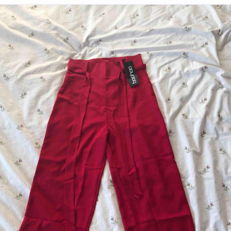 Köpte dessa byxor på Boohoo för ett tag sen men de passar tyvärr inte mig helt :( Helt nya med prislapp på! Köpare står för frakt! . Jeans & Byxor.