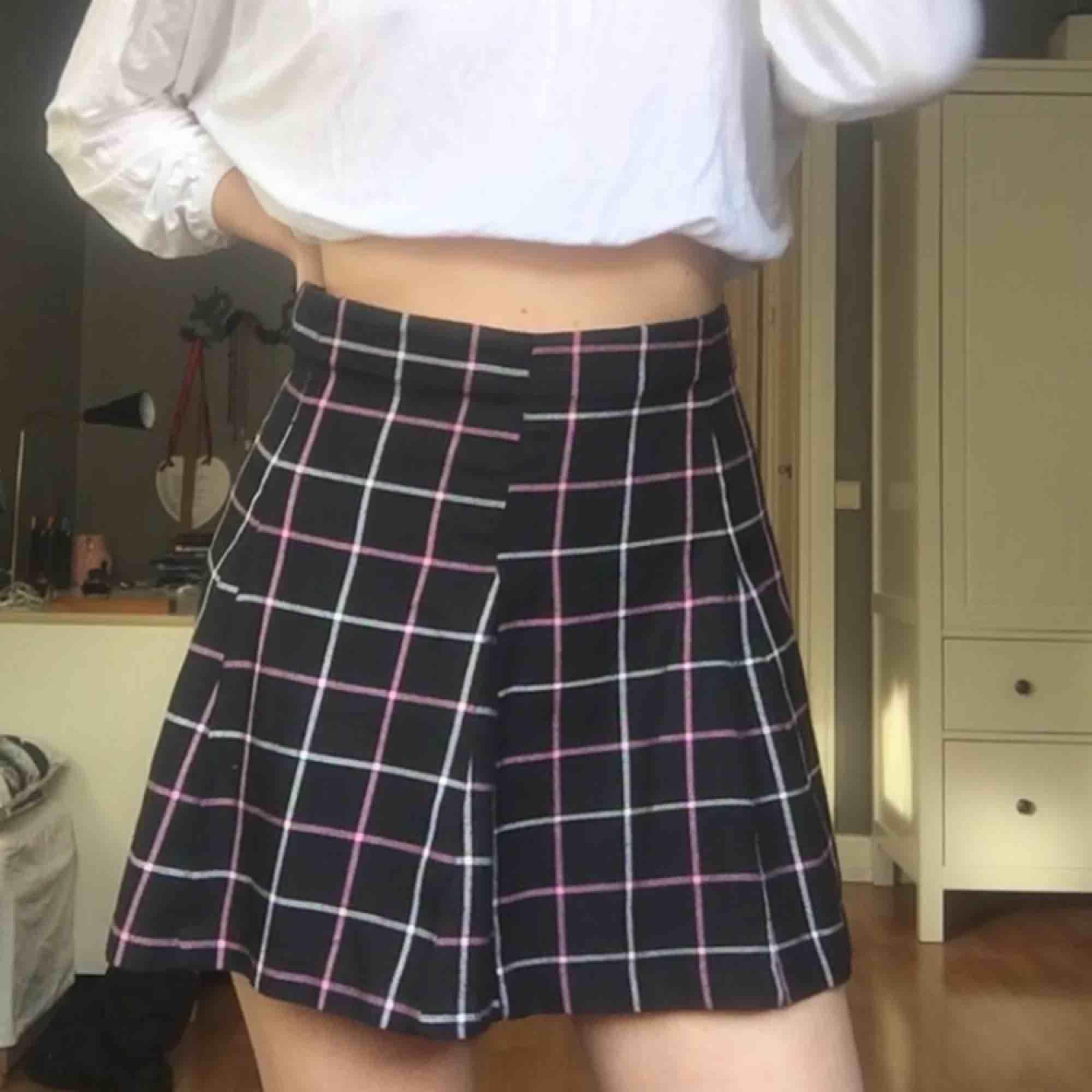 en riktigt schoolgirl kjol med vita och rosa sträck. OBS! fraktar ej, möts upp i stockholm 💓. Kjolar.