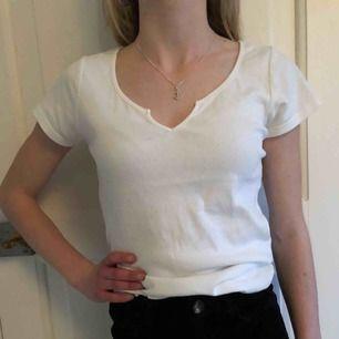 Säljer min söta t-shirt som är i mycket fint skick! Den har en fin och unik skurning längst fram på tröjan. Säljer pga använder aldrig, köparen står eventuellt för den lilla frakten som tillkommer. Annars kan jag självklart mötas upp.