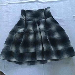 Vacker och unik kjol från HM med hög midja. Jättefin med ex en spetstopp.