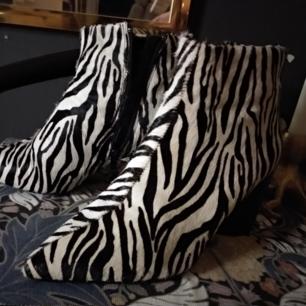 Helt nya boots från Mango i zebrapäls.