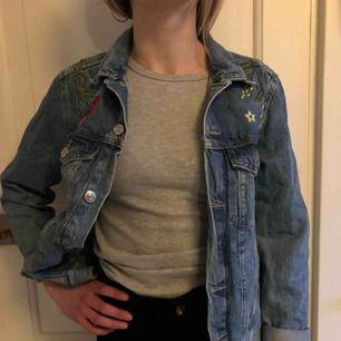 Säljer min super fina jeansjacka. Jackan är knappast använd och det är anledningen till att jag säljer den, så den är i fint skick. Köparen står för frakten(;