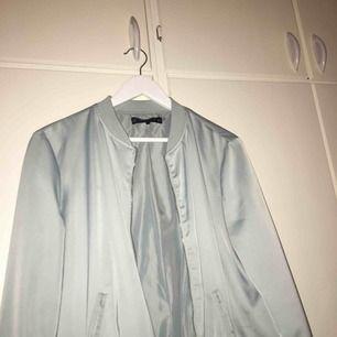 Tunn bomberjacka från Zara, som passar perfekt nu till våren. Sparsamt använd, strl L men passar även M. Köparen står för frakten :)