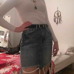 Säljer denna sjukt snygga jeanskjol då den är pytte lite för stor för mig jag har 34-36 så passar nån med 36-38!